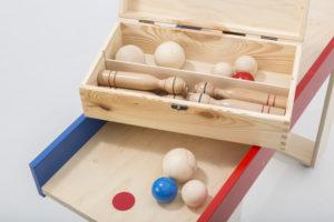 Die Holzsammelbox für die Kegel und Kugeln sorgt für Ordnung nach einem schönen Kegelnachmittag in Gesellschaft.