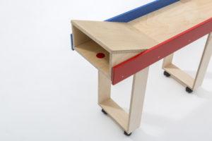 Die Abrollhilfe der rollbaren Kegelbahn lässt sich bequem und ohne Werkzeug auf die Bahn aufstellen. Dadurch können alle Senioren zusammen kegeln. Die Kegelbahn mit der Abrollhilfe ist auch ein beliebtes Hilfsmittel in der in der Reha- und Ergotherapie.