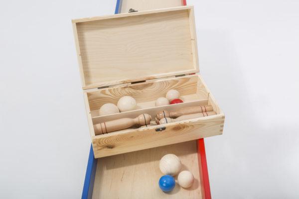 Die Holzsammelbox sorgt für Ordnung nach einem Gruppenspielabend im Seniorenheim.