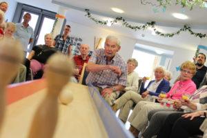 kegeln als beschäftigungsmöglichkeit für Senioren auf Stuhlhöhe. Eindrucksvoll kann man hier die mobile Kegelbahn in Aktion sehen.